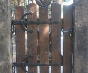 furtka drewniana na okuciach kowalskich z rzeźbieniem