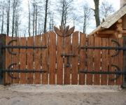 brama wjazdowa na okuciach kowalskich z rzeźbieniem