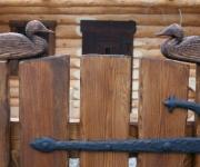 furtka drewniana z rzeźbionymi kaczkami