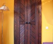 drzwi sosnowe do garderoby - kute pochwyty