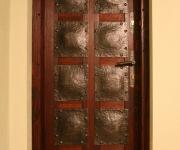 drzwi z kutymi blachami