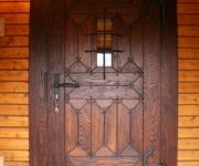 dębowe drzwi z okuciami kowalskimi