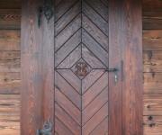 wejściowe drzwi rustykalne z ręcznie rzeźbioną rozetą