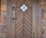 wejściowe drzwi rustykalne do domu z bali