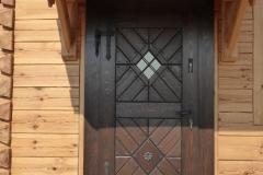 drzwi zewnętrzne rustykalne z kutą rozetą