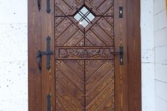 drzwi sosnowe z motywem winogrona rzeźbione