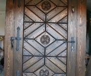 sosnowe drzwi zewnętrzne z rzeźbionymi rozetami