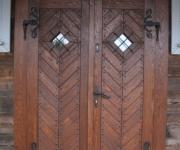 dwuskrzydłowe drzwi w stylu rustykalnym
