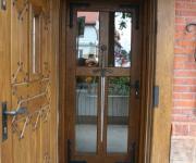 drzwi wejściowe w stylu rycerskim do restauracji BASZTA