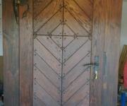 drzwi postarzane na okuciach kowalskich